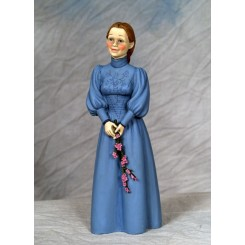 Fru. Karin lyseblå kjole stående