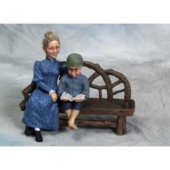 Karin m/søn siddende med kasket og bog
