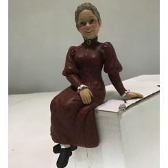 Fru. Karin siddende rød kjole
